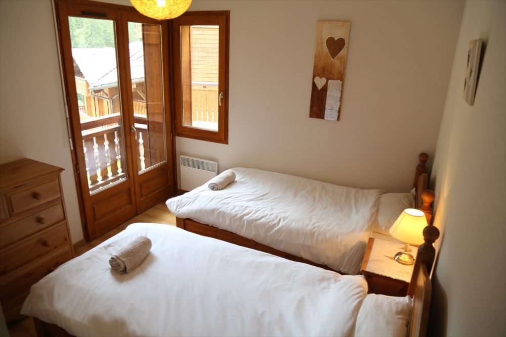 Twin bedroom with terrace
